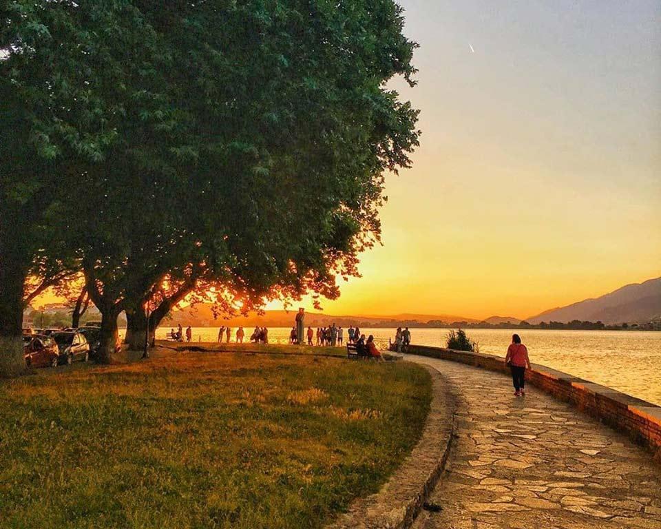 Καλοκαιρινό διάλειμμα για φαγητό, καφέ, γλυκό και περιποίηση στα Ιωάννινα